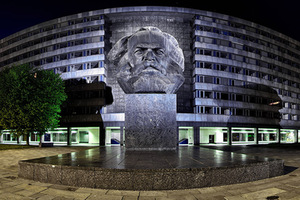 "Monument to K. Marx built in 1971 in German Democratic Republic, the city was then called Karl-Marx-Stadt. Choosing the right lighting, the second largest head monument in the world has an unreal ""photogenic"" glow. 2013, photo from Vikiteka."