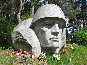 Soldier's head, stone-carved in 1986-87 in Miroslavas (Alytus district). Arūnas Vyšniauskas photo, 2014, May.