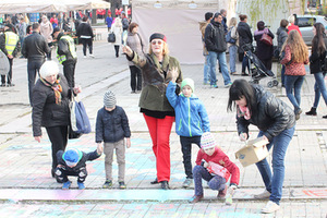 Irena Mikuličiūtė's studio annual children's drawing on the pavement action during the Kaunas Jazz Festival