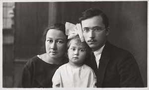 Ona Jablonskytė-Landsbergienė and Vytautas Landsbergis-Žemkalnis with their daughter Aliutė, 1925. Jablonskiai family property. LNM
